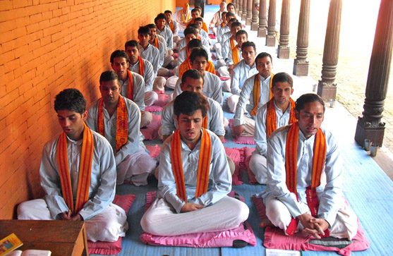 Maharishi Pandits bei der Rezitation